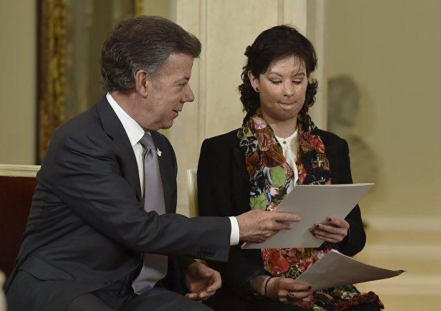 Juan Manuel Santos, presidente de Colombia, y Natalia Ponce, víctima de ataque con ácido