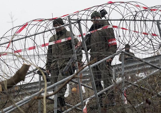 Soldados austriacos en el municipio fronterizo de Spielfeld
