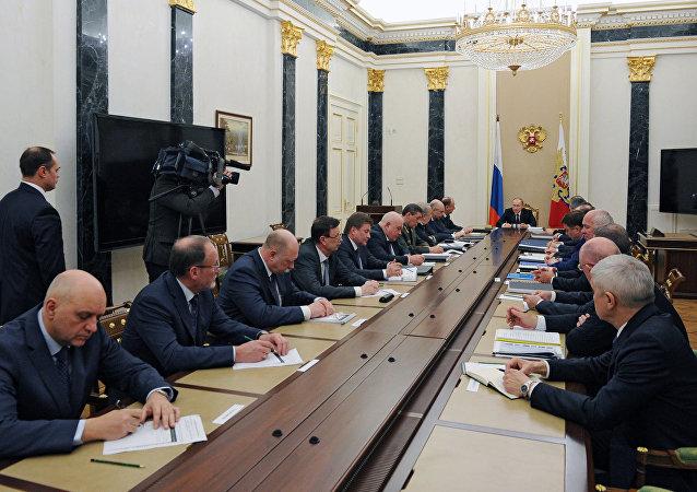 Presidente de Rusia, Vladímir Putin, dirige una reunión sobre el  Fondo de Investigaciones Futuras para el Ejército y la Armada Rusa