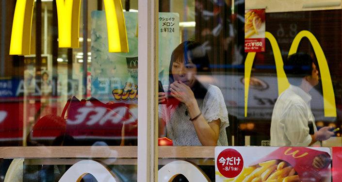 Una mujer en un restaurante McDonald's