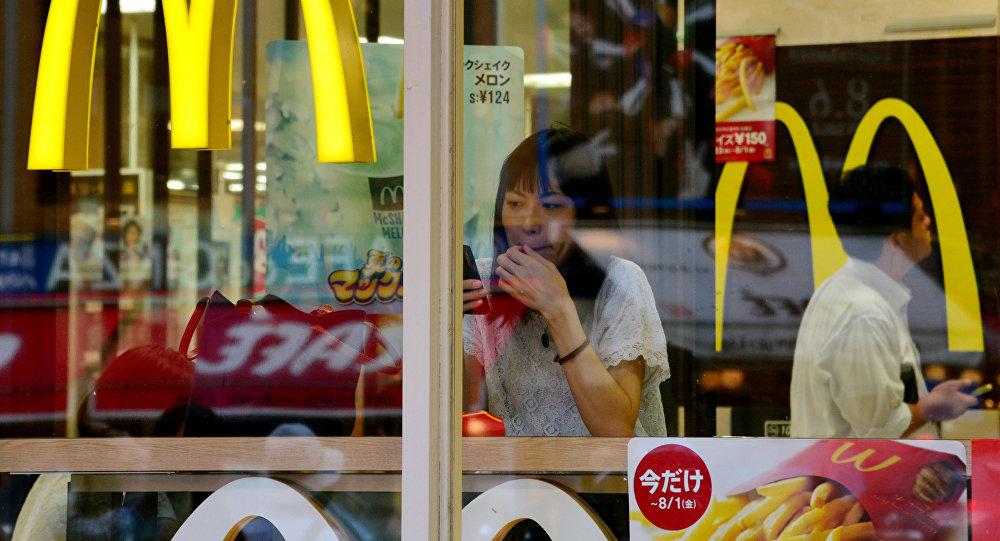 Una mujer en un restaurante McDonald's en Tokio (archivo)