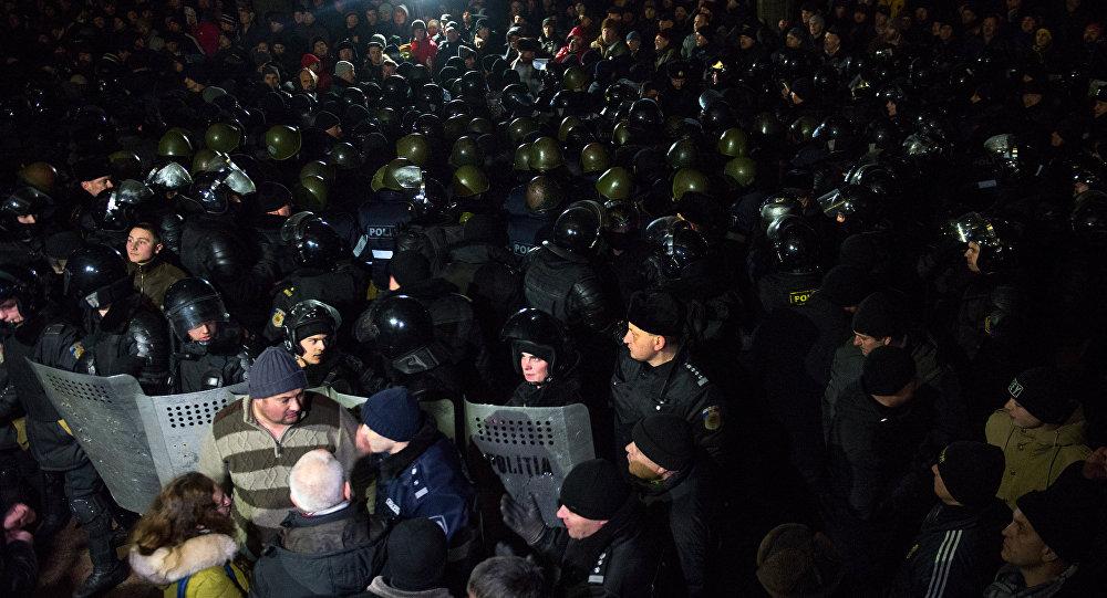 Los policías moldavos protegen el edificio del Parlamento contra los manifestantes en Chisinau