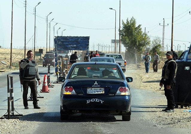 Los policías egipcios inspeccionan vehículos en el norte del Sinaí