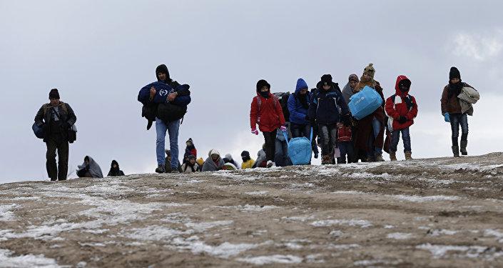 Los migrantes cruzan un campo helado cerca de la frontera de Macedonia