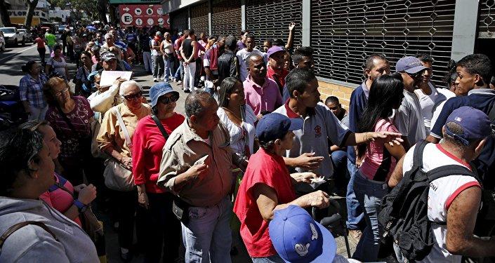 Cola para comprar harina de maíz y arroz en Caracas, Venezuela (archivo)