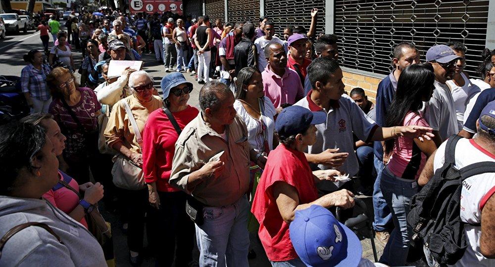 Cola para comprar alimentos en Caracas, Venezuela (archivo)