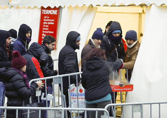 Los migrantes hacen cola par visitar la Oficina de Sanidad y de Asuntos Sociales en Berlín