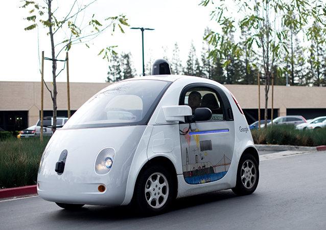 Un automóvil sin conductor cruza el parking de la sede de Google.