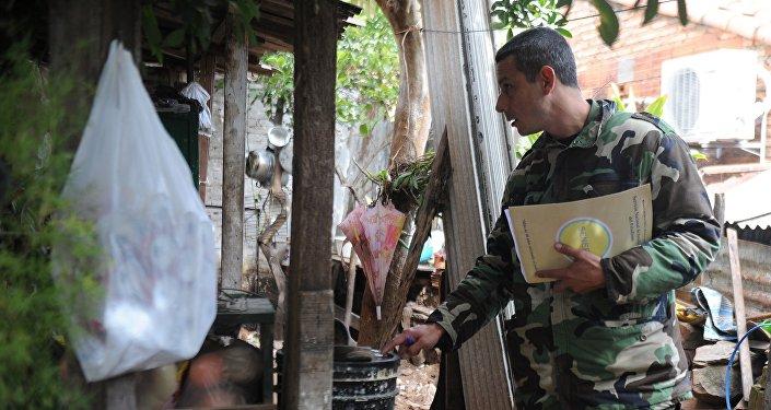 Soldado inspecciona casas en Asunción, durante una operación para erradicar el mosquito Aedes aegypti
