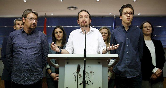 El líder de Podemos Pablo Iglesias habla con periodistas durante una rueda de prensa (archivo)