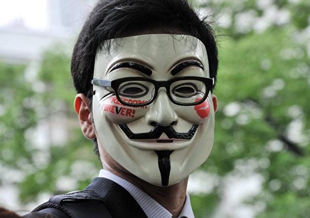 Hombre lleva una máscara de Anonymous (archivo)