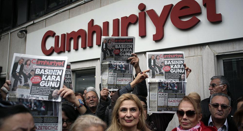 Gente protestando contra la detención de los periodistas