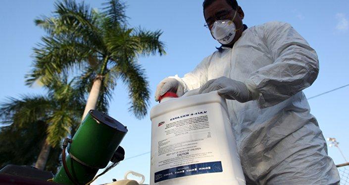 Un técnico de la salud prepara el insecticida