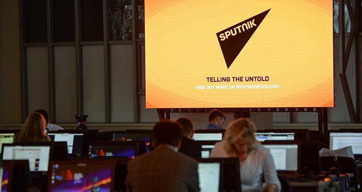 El logo de la agencia de noticias Sputnik en una pantalla en el Foro Económico en Vladivostok