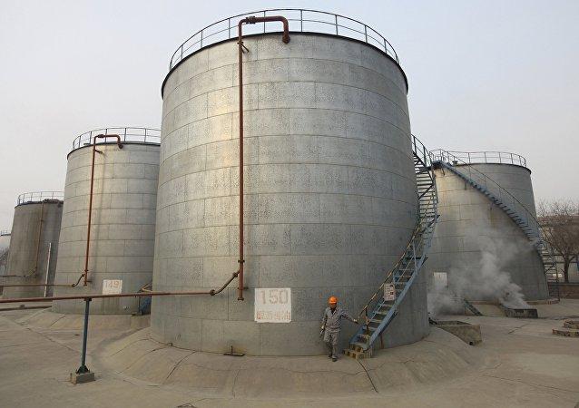 Tanques de almacenamiento de petróleo (archivo)