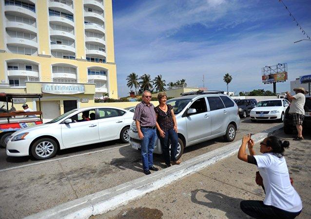 Los turistas toman fotos en frente del hotel Miramar, donde fue detenido EL Chapo