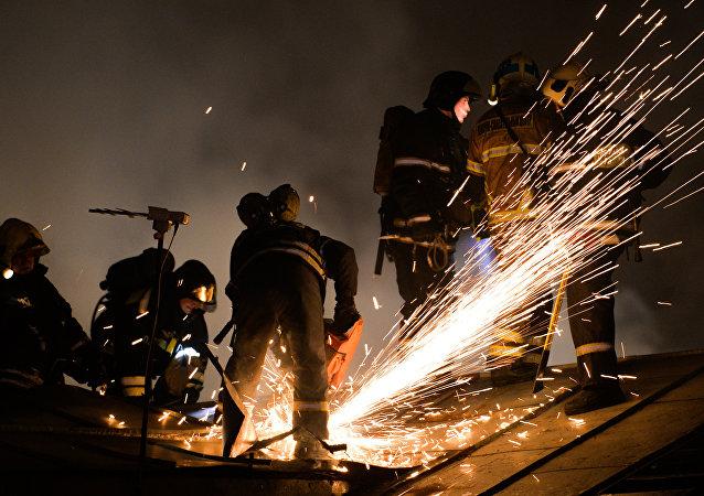 Equipos de rescate trabajan en el lugar del incendio en Moscú