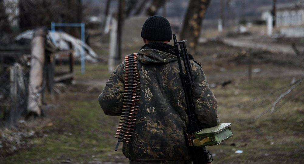 Miliciano de Donbás cerca de Lugansk