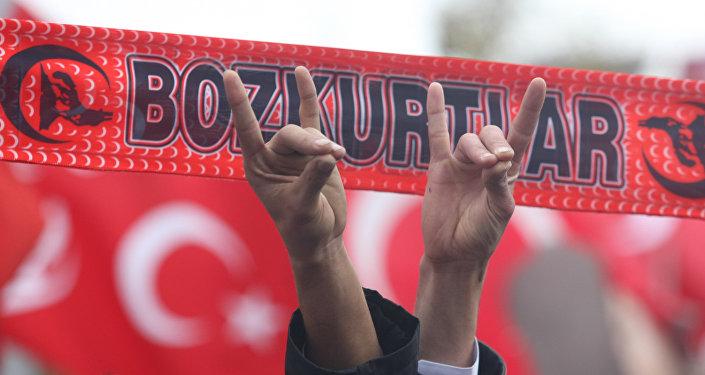 Los simpatizantes del Movimiento Nacionalista hacen los gestos que simbolizan Los Lobos Grises, una organización ultra-nacionalista neo-fascista