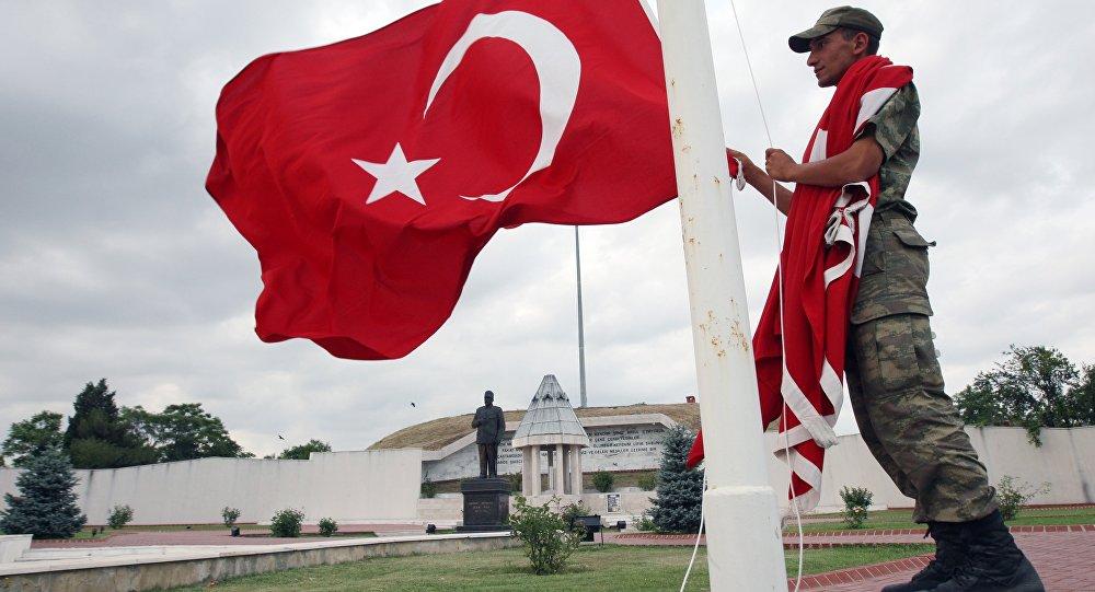 Soldado turco sube la bandera de Turquía