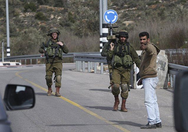 Soldados israelíes en un punto de control cerca de la ciudad de Ramala