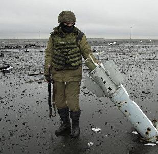 Miliciano de la RPD en el aeropuerto de Donetsk