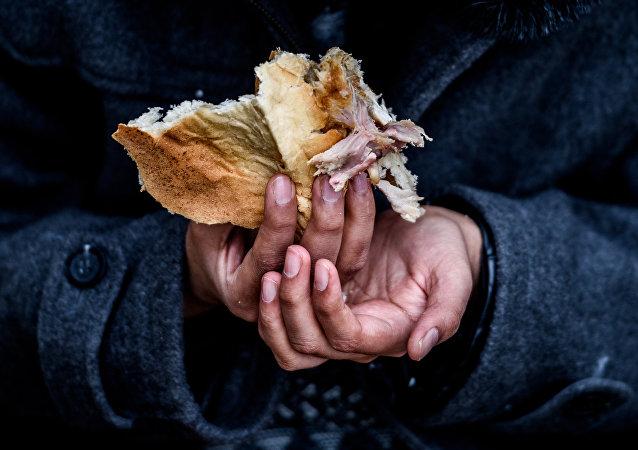 Niño refugiado come en un campo de refugiados improvisado en Turquía