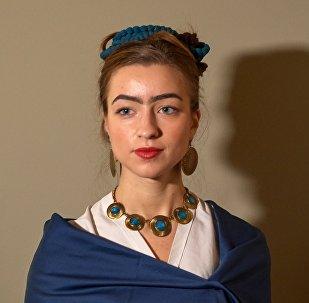 Una visitante de la exposición, vestida de Frida Kahlo