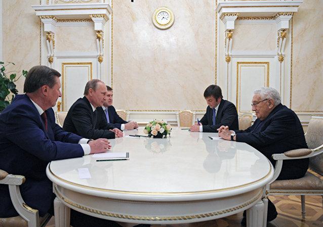 Presidente de Rusia, Vladímir Putin y ex secretario de Estado de EEUU, Henry Kissinger durante una reunión en 2013