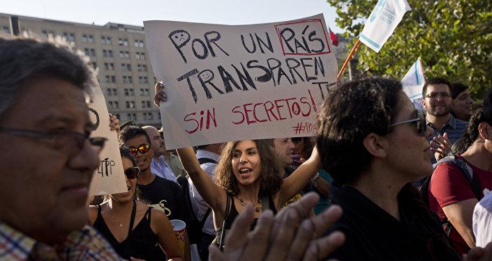Manifestación de protesta frente al Palacio de La Moneda en Santiago de Chile