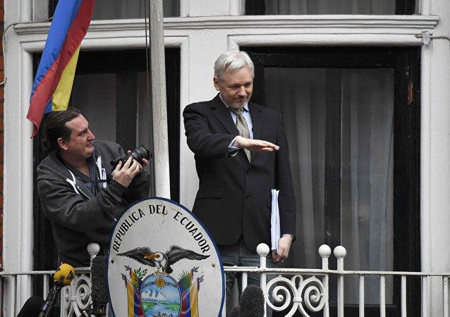 Assange en el balcón de la embajada de Ecuador en Reino Unido
