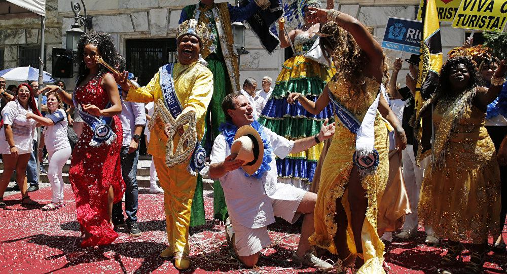 Alcalde de Río de Janeiro, Eduardo Paes y la monarca de la fiesta, el 'Rey Momo'