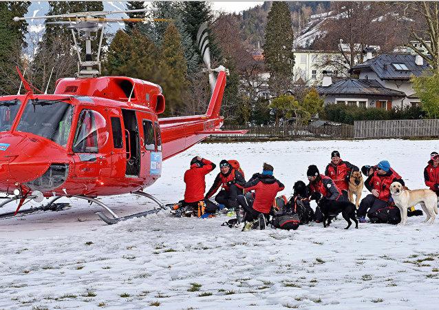 Equipos de rescate se preparan para buscar a un grupo de personas atrapadas en la nieve