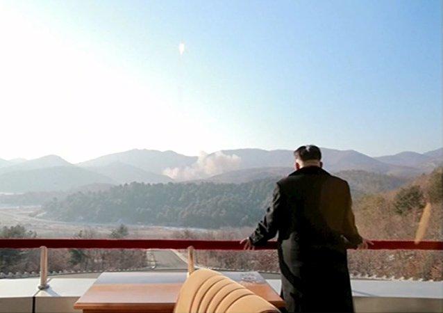 Kim Jong-un, líder de Corea del Norte, mira el lanzamiento del satélite