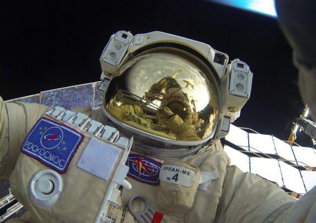 Cosmonautas rusos realizan el primer paseo espacial de 2016