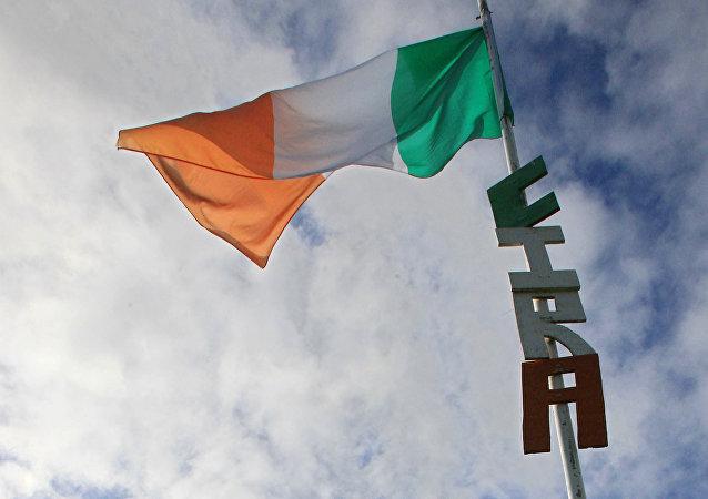 Las letras CIRA (Ejército Republicano Irlandés de la Continuidad) debajo de la bandera de Irlanda