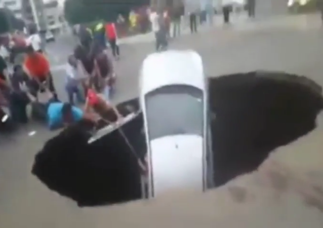 "Un enorme hueco ""traga"" un coche en Perú"