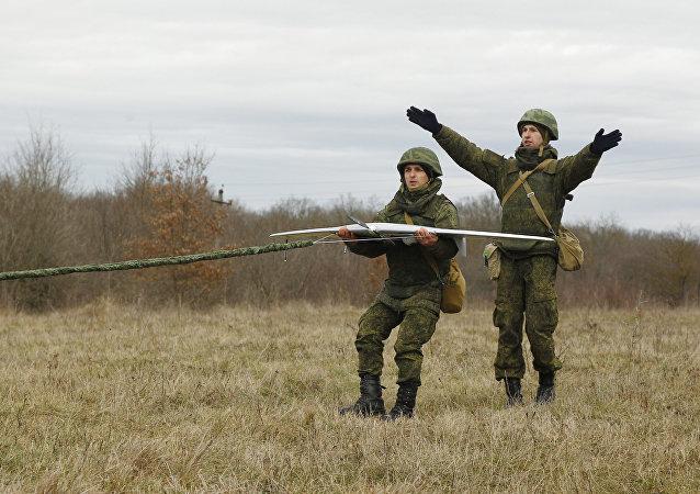 Lanzamiento de un dron por los militares rusos