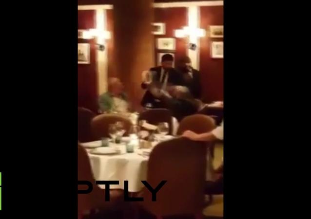 Atacan con una torta a opositor ruso