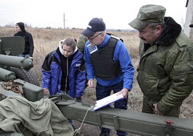 Observadores de la misión de la OSCE en Donbás