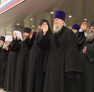 Sacerdotes despiden al patriarca Kiril de Rusia a su salida a Cuba