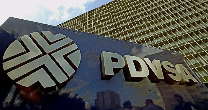 Foto de la fachada de la empresa Estatal Petroleos de Venezuela (PDVSA), en la ciudad de Caracas, el 13 de junio de 2003.