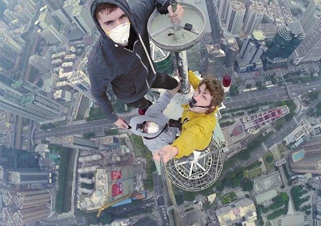 Tres rusos escalan uno de los rascacielos más altos de China