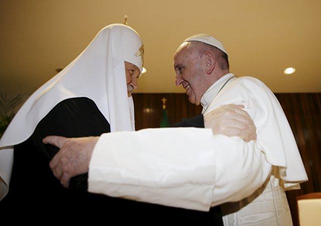 Patriarca ortofdoxo ruso Kiril y papa católico Francisco