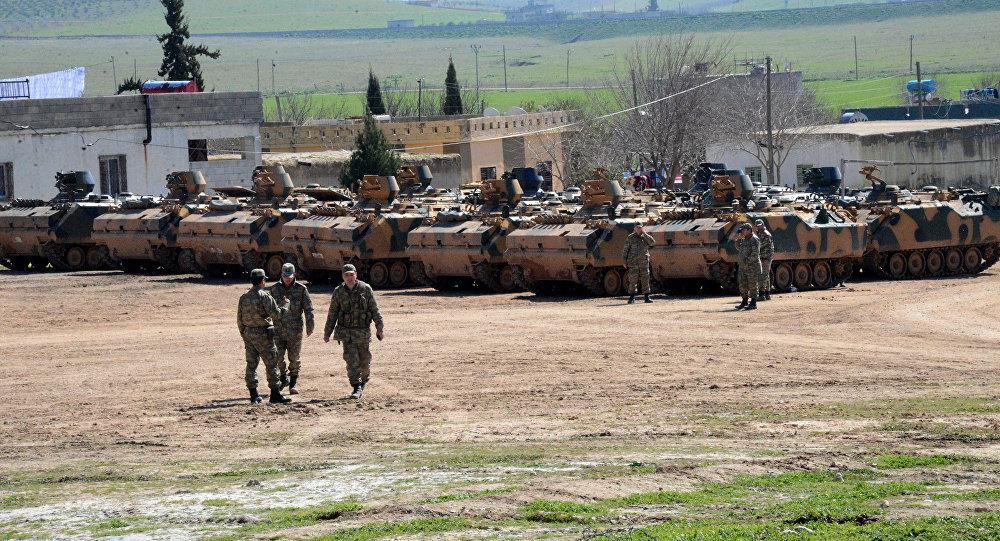 Los vehículos turcos y tanques cerca de la frontera con Siria