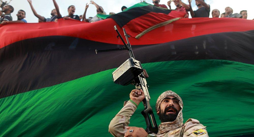 Un miembro del ejército protege una manifestación en contra de los candidatos al gobierno de unidad
