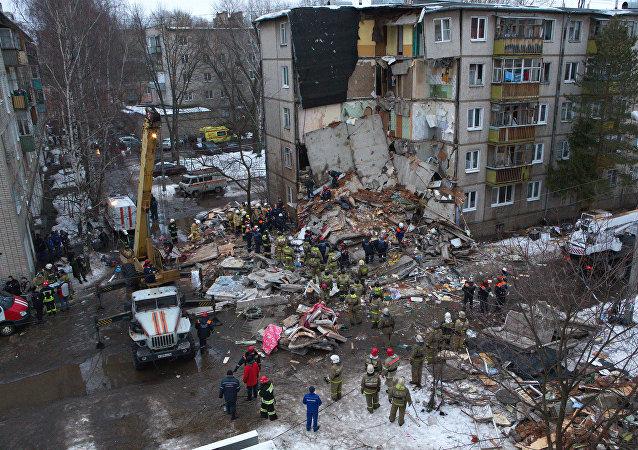 Equipos de rescate trabajan en el lugar de explosión en Yaroslavl