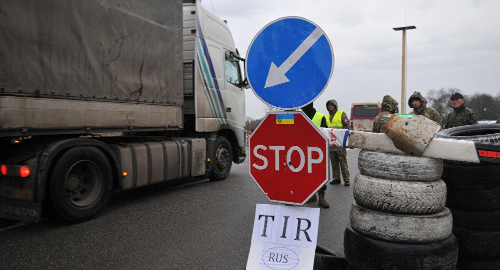 Los activistas ucranianos bloquean los camiones rusos en la región de Lviv, Ucrania