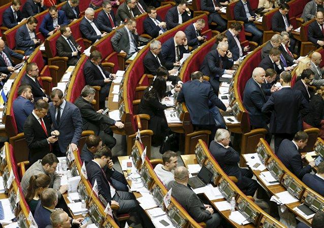 Los diputados ucranianos en una sesión parlamentaria en Kiev, Ucrania