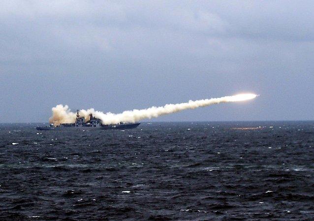 Un lanzamiento de un misil de crucero supersónico desde un buque ruso